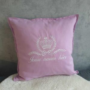 roze kussen met kroon en naam